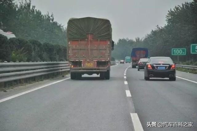 高速上为什么有的车在左侧车道上行驶还打着左转向灯?
